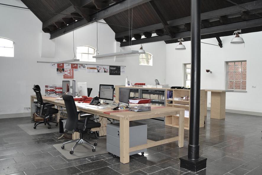 kantoormeubilair op maat, werkeiland, grote werktafels